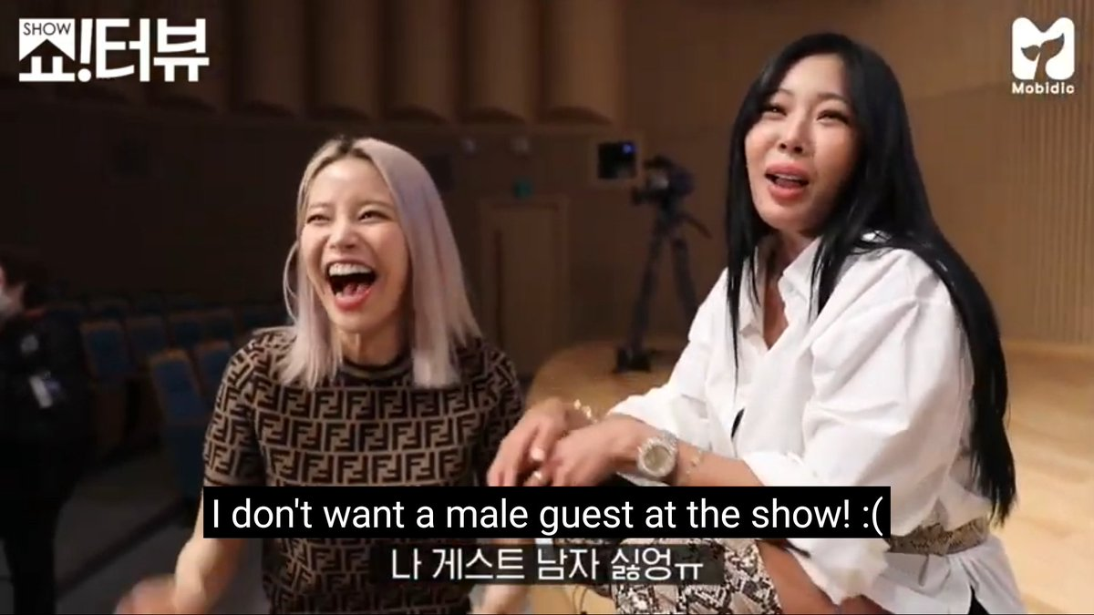 Jessi hosting Solar from MAMAMOO on 'Showterview'